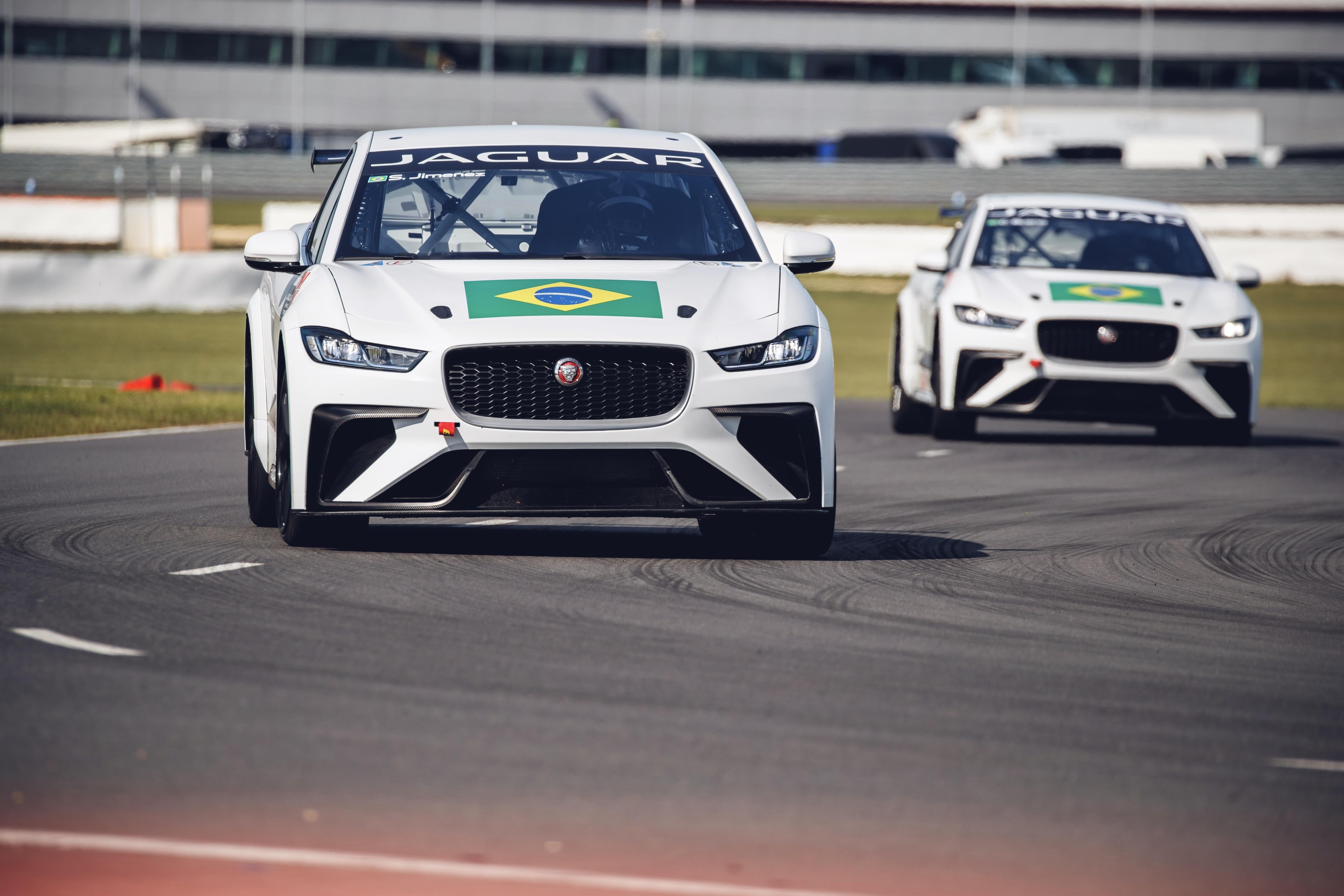 Photo of Cacá Bueno e Sérgio Jimenez fazem ajustes finais antes da abertura do Jaguar I-PACE eTROPHY