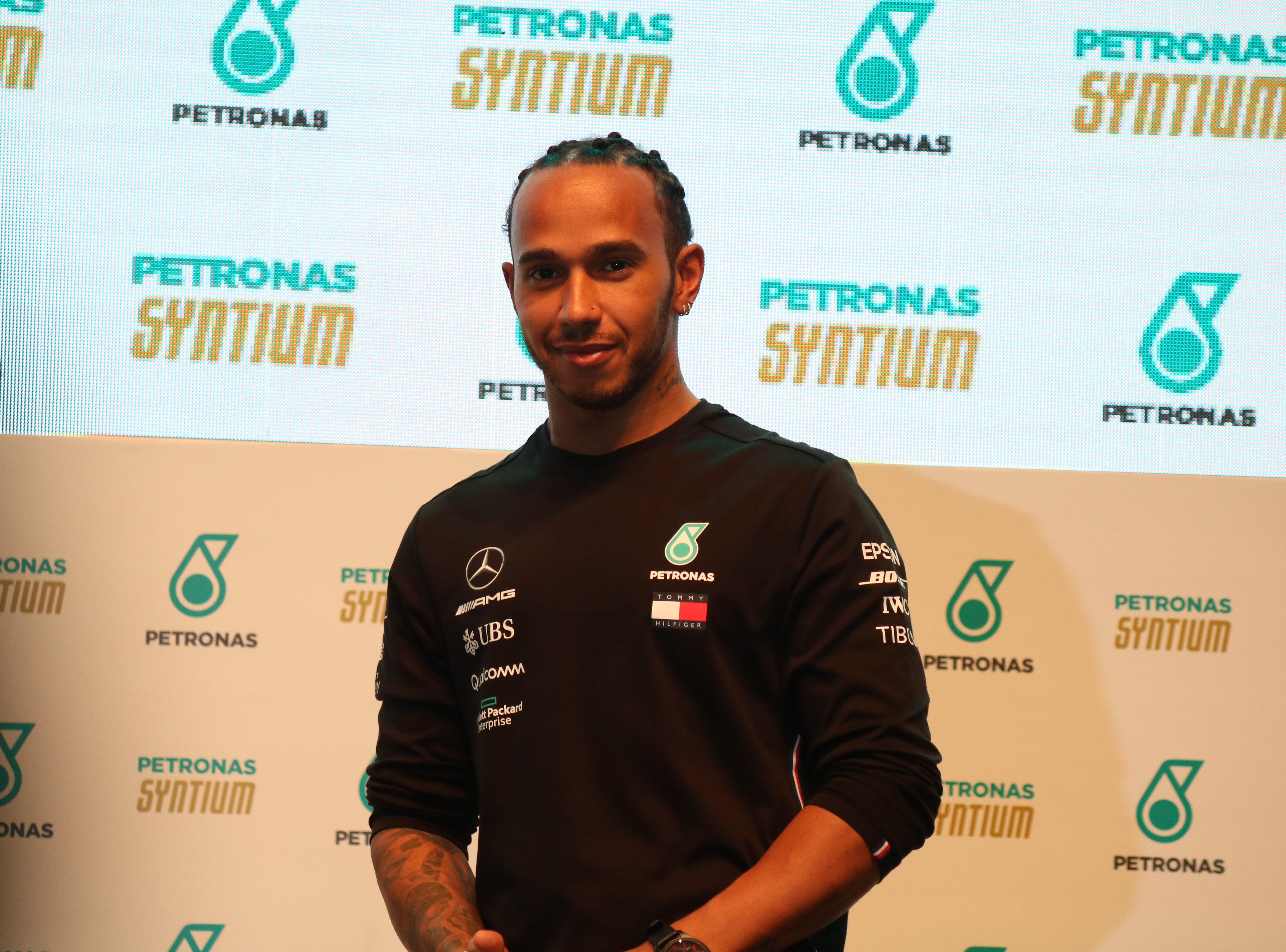 """Foto de Hamilton defende permanência do GP do Brasil em Interlagos e não vê com bons olhos a mudança para o Rio, """"Educação é muito importante"""""""