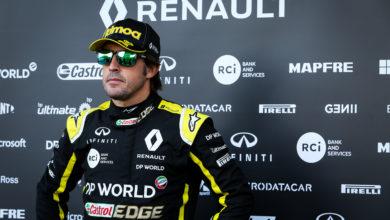 Foto de Fernando Alonso testa carro da Renault em dia dedicado para filmagens