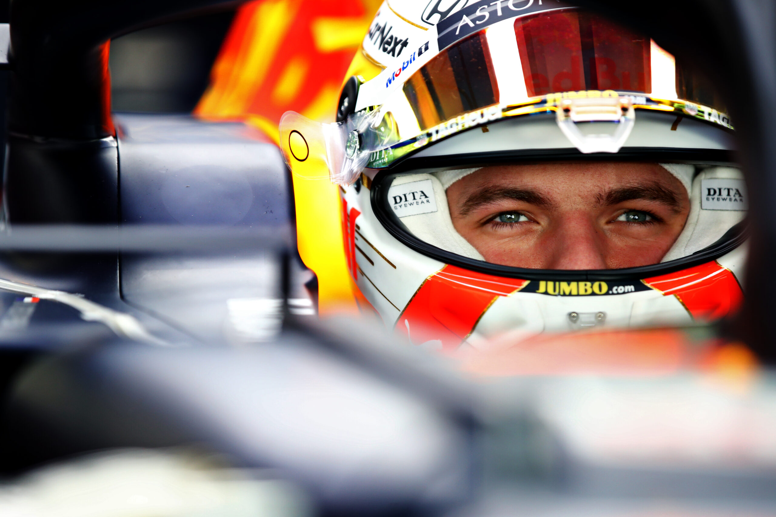 Foto de Max Verstappen supera dupla da Mercedes e crava pole para o GP de Abu Dhabi